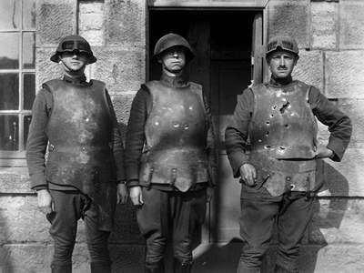 В первые дни 1918 года артиллерийско-техническое управление Франции проводило испытание старых кирас на полигоне форта де ла Пеньи. Укрытых металлическим панцирем солдат расстреливали из пистолета, винтовки и пулемета со вполне обнадеживающими результатами. Фото: Army Ordnance Dept
