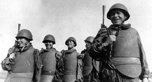 Гвардейцы 1-го ШИСБр после выполнения боевого задания. 1-й Белорусский фронт, лето 1944 года. Отзывы фронтовиков об использованных ими тогда нагрудниках были самые противоречивые