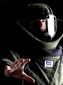 Офицер саперного подразделения ВВС США в защитном костюме, позволяющем выдерживать взрыв в несколько килограммов в тротиловом эквиваленте. Фото: William M. Plate Jr/US DoD